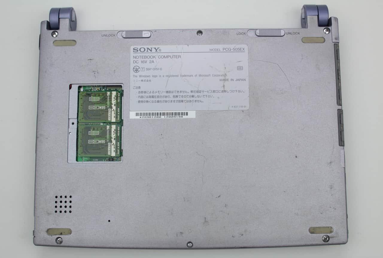 Spodní strana s RAM, ale bez krytky a baterie