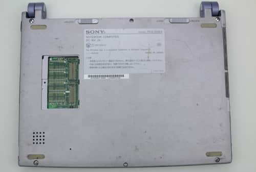 Spodní strana bez krytky, baterie a RAM
