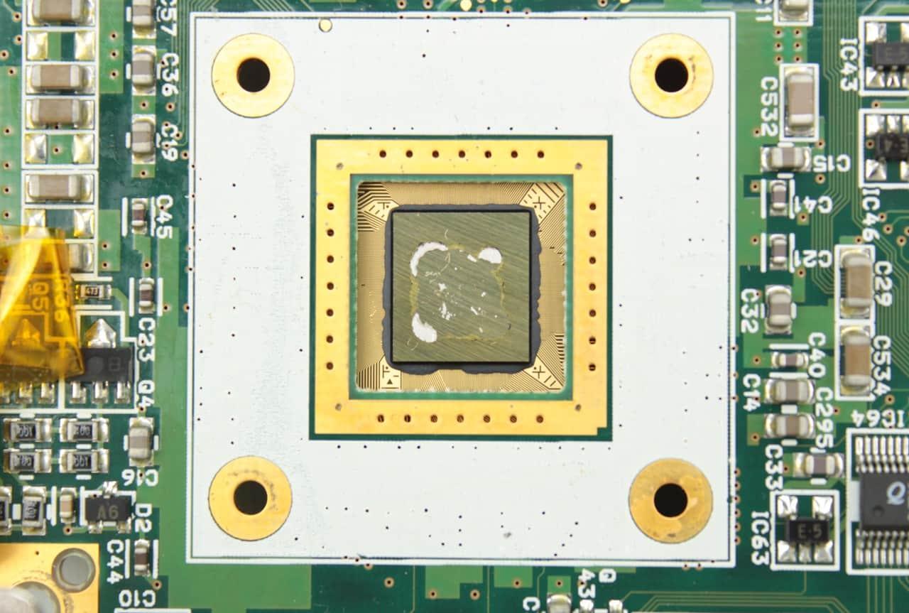 Procesor zespodu, trochu to připomíná pyramidu
