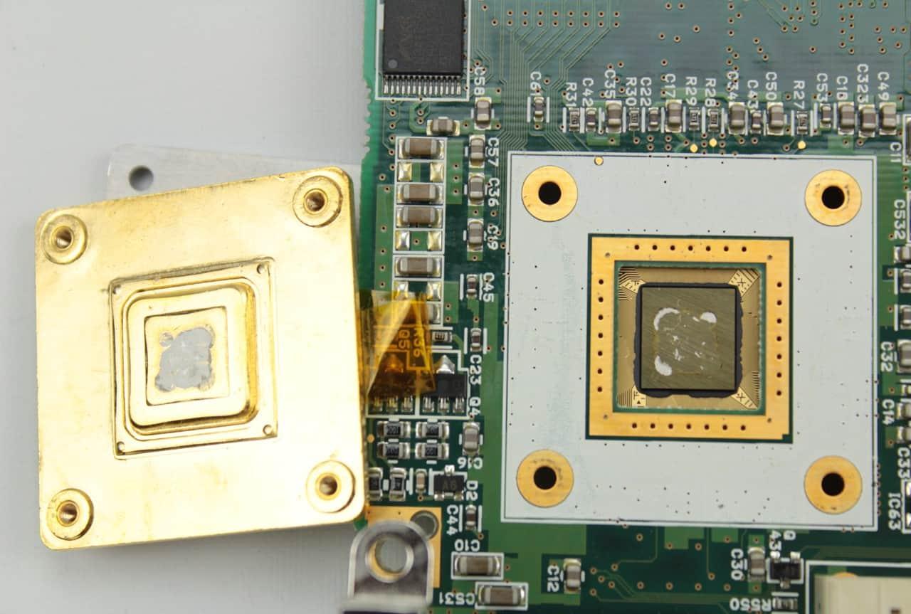 Procesor zespodu, trochu to připomíná pyramidu + malýchladič