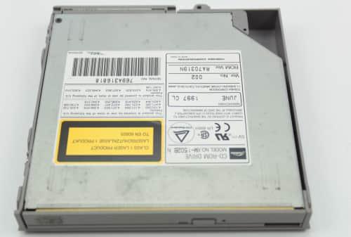 CD-ROM je výměnná a není součástí tohoto notebooku