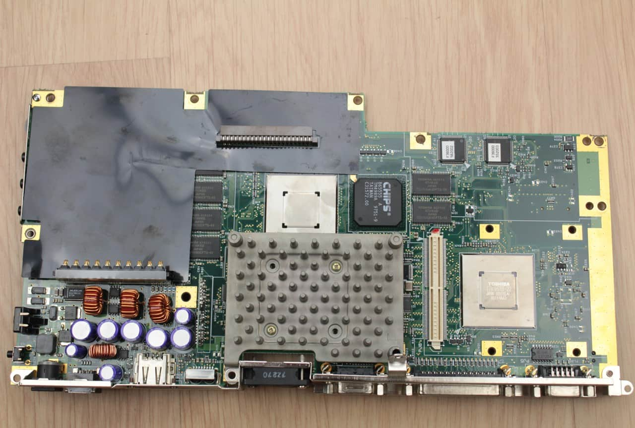 Základní deska zespodu + sundané šachty PCMCIA pod kterými je Toshiba čip