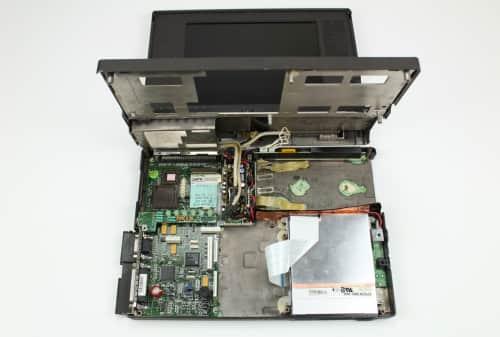 Odklopené víko s LCD a HDD už je pryč