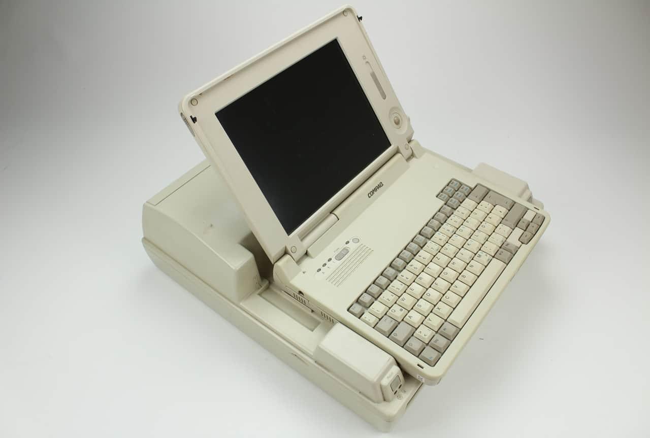 Dokovací stanice v ní otevřený notebook Compaq LTE Elite 4-75CXL