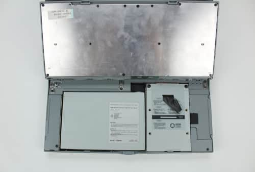 Vyhnutá klávesnice k přístupu baterie a pevného disku