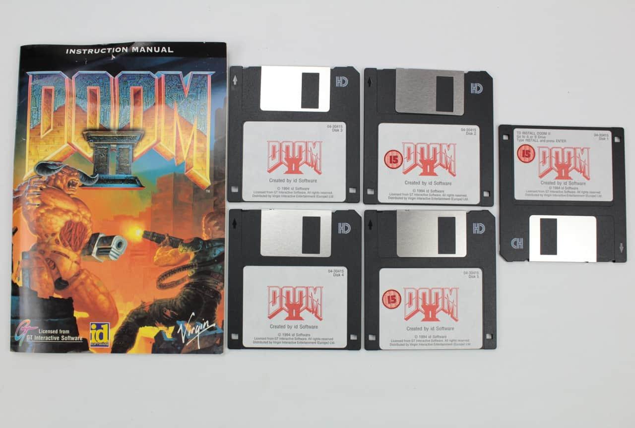 Manuál + diskety. První disketa má nálepku obráceně, snad je to úmysl?!
