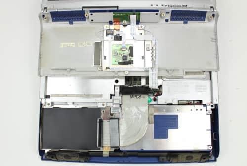 Oddělaný kryt s touchpadem a HDD je pryč