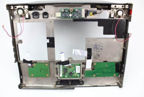 Zespodu vrchní kryt s LCD a destičky + dráty herního joysticku a touchpadu