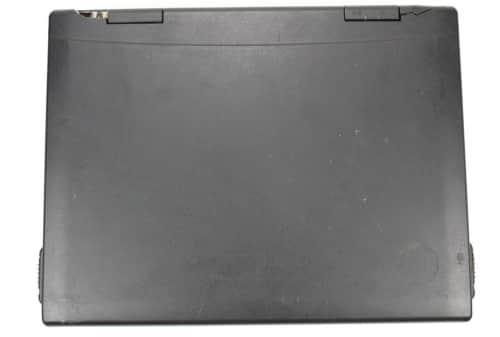 Zavřený notebook z vrchu a poškození víka v pantech