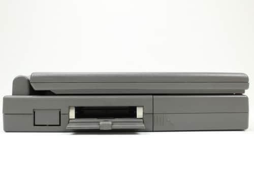 Levá strana a otevřená krytka PCMCIA