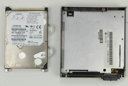 Vytažený pevný disk vedle disketové mechaniky