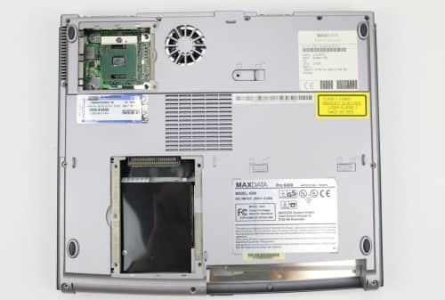 Spodní strana bez krytek, pevného disku, baterie a chladiče CPU