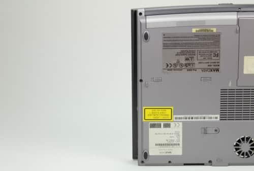 Detail na přečnívající víku LCD