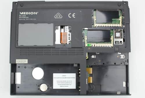 Spodní strana bez krytek, RAM a HDD