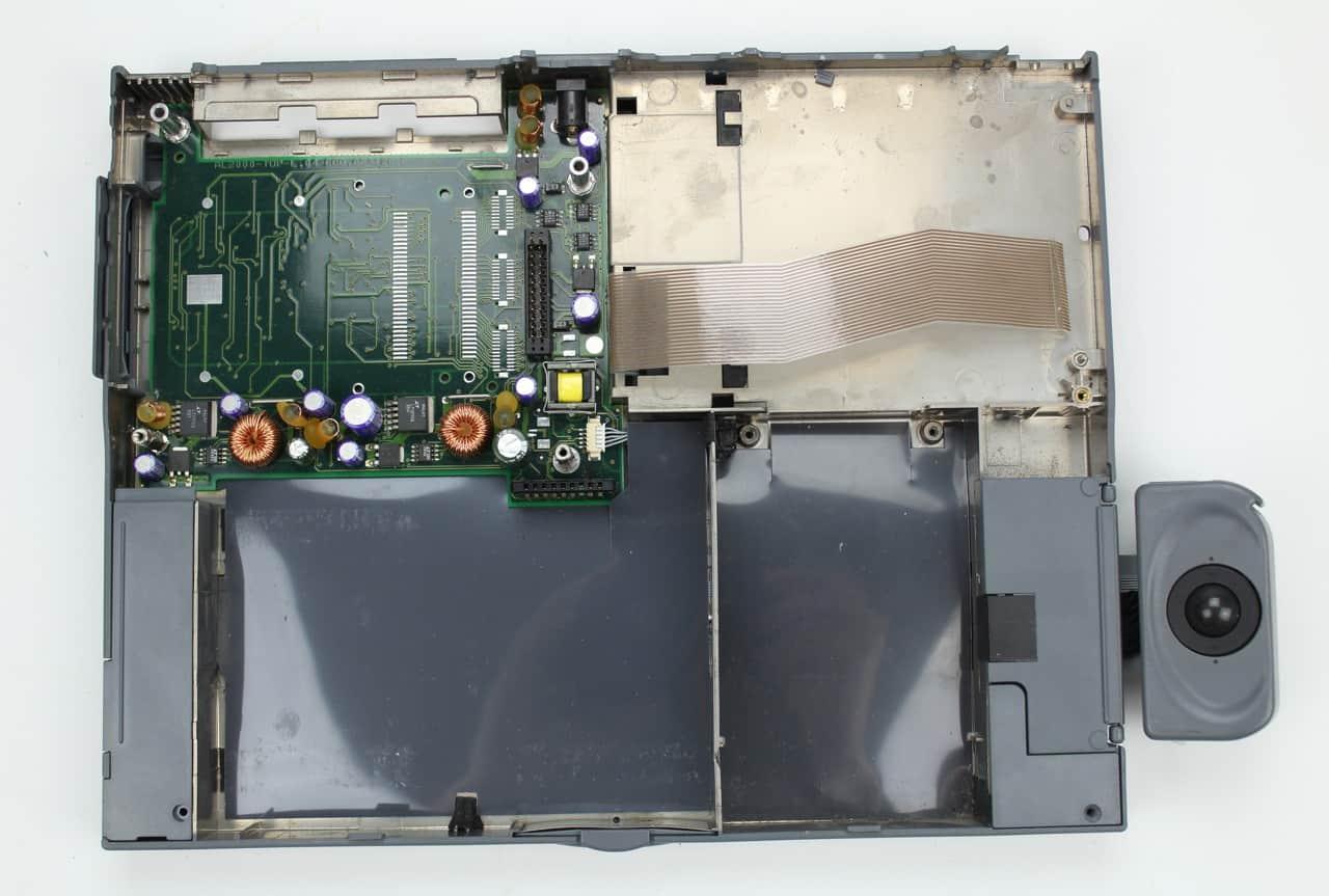 Spodní vana s deskou PCMCIA + část zdroje. PCMCIA není u tohoto modelu přítomno.