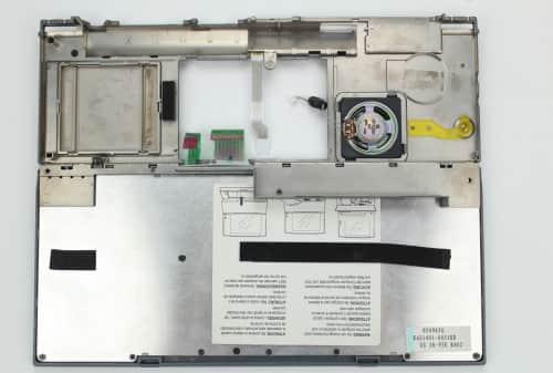 Vrchní kryt s klávesnicí z druhé strany