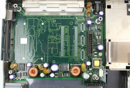 Spodní vana s deskou PCMCIA + část zdroje. PCMCIA není u tohoto modelu přítomno. Detail