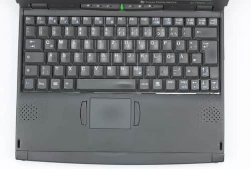 Z vrchu, rozložení klávesnice a touchpad