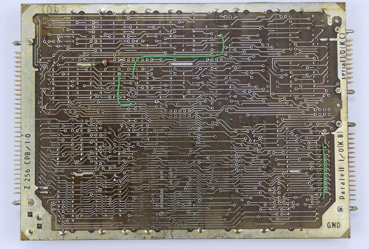 Deska CPB obsahuje procesor UA 880D (Z 80A) - zezadu