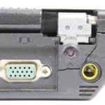 Prasklina uložení lpravého pantu a schází krytka - IBM ThinkPad 390