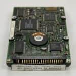 Pevný disk zespodu a konektor - Toshiba T4900CT